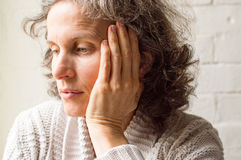Middled变老了妇女用在头的手 库存图片