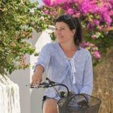 Middled alterte Modell auf Fahrrad gegen einen schönen Hintergrund in Andros-Insel in Griechenland lizenzfreie stockfotografie