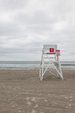Παρατηρητήριο στην κενή παραλία σε Middletown, Ρόουντ Άιλαντ, ΗΠΑ στοκ φωτογραφία