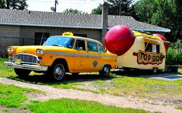Middletown, CT : Taxi de contrôleur et camion de hot-dog Images stock