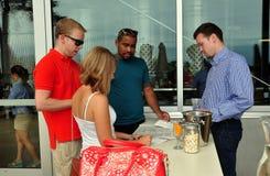Middletown, RI: Mensen bij Wijn het Proeven Royalty-vrije Stock Afbeeldingen