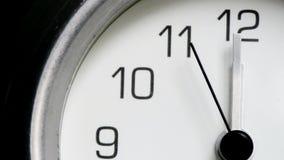 Midi de minuit saisissant d'horloge banque de vidéos