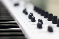 Midi klawiatura jest białym zakończeniem Nowożytna elektroniczna muzyka, pracowniany wyposażenie Obrazy Royalty Free