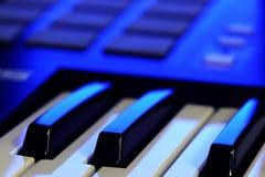 MIDI kontrollant Keyboard i blått ljus royaltyfri fotografi