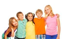 Midja upp fotoet av fem roliga ungar Arkivfoto