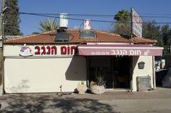 Midle östöl-Sheva, Israel Februari 29, installationen av nya sol- företag Hom-Hanegev för vattenvärmeapparater Royaltyfri Foto