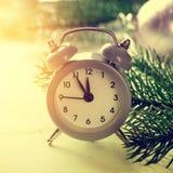 Midnatt för Grey Christmas ringklockavisning, nya år helgdagsafton med garneringar på vit bakgrund Arkivfoto