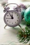 Midnatt för Grey Christmas ringklockavisning, nya år helgdagsafton med garneringar på vit bakgrund Royaltyfria Foton