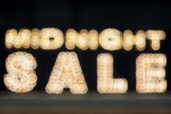 Midnatt försäljningsbakgrund Ljust kulör tappning som annonserar teckenbrädet med belysning royaltyfri bild