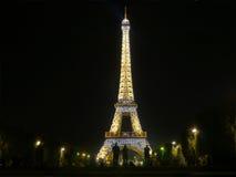 Midnatt i Paris - Eiffeltorn glöder i mörkret Arkivbilder