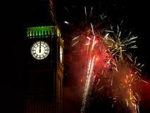 Midnatt med Big Ben och verkliga fyrverkerier nytt år Arkivbild