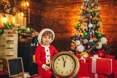 Midnatt mirakel nytt ?r f?r nedr?kning ( Ungen tycker om jul Isolerat p? vit bakgrund Barndom arkivbilder