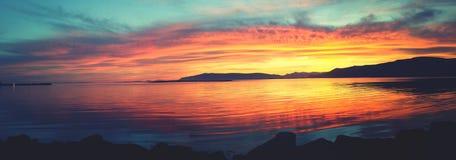 Midnatt sol över Faxafloi Reykjavik arkivbilder