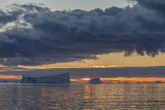 Midnatt sol - Drake Passage - Antarktis Fotografering för Bildbyråer