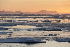Midnatt sol - havsis - Grönland Royaltyfria Foton