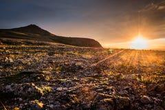 Midnatt sol på en polar dag i bergen royaltyfria foton
