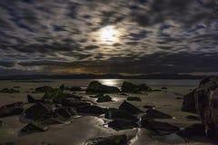 Midnight księżyc światło na skałach Obrazy Royalty Free