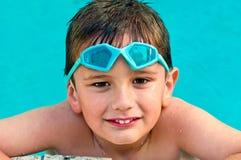 Miúdo na piscina Imagens de Stock