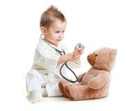 Miúdo ou criança que jogam o doutor com estetoscópio Fotografia de Stock