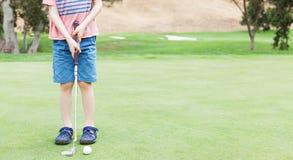 Miúdo que joga o golfe Imagem de Stock Royalty Free
