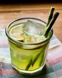 Midori Sour Cocktail com gelo e limão imagens de stock royalty free