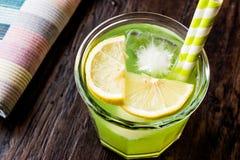 Midori Sour Cocktail com gelo e limão fotografia de stock