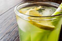 Midori Sour Cocktail com gelo e limão fotos de stock royalty free