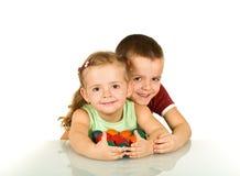 Miúdos felizes com os ovos de easter coloridos Fotografia de Stock