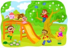 Miúdos felizes que jogam no campo Imagens de Stock Royalty Free