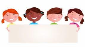 Miúdos multiculturais bonitos que prendem uma bandeira em branco Imagens de Stock Royalty Free