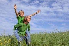Miúdos que jogam ao ar livre Imagem de Stock