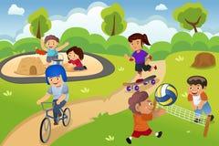 Miúdos que jogam no campo de jogos Imagens de Stock Royalty Free