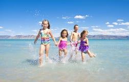 Miúdos que jogam no oceano Fotografia de Stock