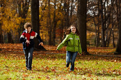 Miúdos que jogam no parque do outono Imagem de Stock Royalty Free