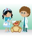 Miúdos que jogam o doutor e a enfermeira Imagem de Stock Royalty Free