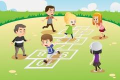 Miúdos que jogam o hopscotch Fotografia de Stock