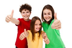 Miúdos que mostram o sinal APROVADO isolado no fundo branco Fotos de Stock