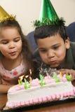 Miúdos que têm a festa de anos. Fotografia de Stock Royalty Free