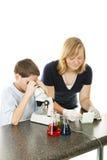 Miúdos que usam o microscópio Foto de Stock Royalty Free