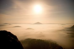 midpoint Księżyc w pełni noc w pięknej górze Saxony Szwajcaria Górkowaci szczyty i drzewa wzrastali od ciężkiej mgły obrazy stock