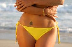 Midriff d'une femme avec un tatouage de Rose Images libres de droits