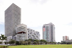 Midrise i highrise budowa w środku miasta Obraz Stock