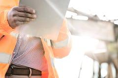 Midsection περιοχή αποκομμάτων εκμετάλλευσης εποπτών στο εργοτάξιο οικοδομής την ηλιόλουστη ημέρα Στοκ φωτογραφίες με δικαίωμα ελεύθερης χρήσης