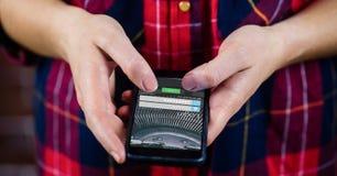 Midsection της γυναίκας που χρησιμοποιεί το έξυπνο τηλέφωνο με το παράθυρο συμφωνίας στην οθόνη Στοκ Φωτογραφία