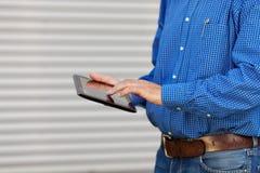 Midsection архитектора используя таблетку цифров Стоковое фото RF