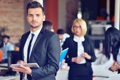 Midsection бизнесмена используя цифровую таблетку в офисе Стоковое Фото