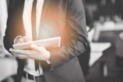 Midsection бизнесмена используя цифровую таблетку в офисе Стоковые Фото