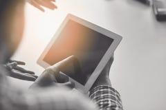 Midsection бизнесмена используя цифровую таблетку в офисе Стоковое Изображение RF