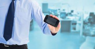 Midsection бизнесмена показывая пустой экран на мобильном телефоне Стоковое Фото