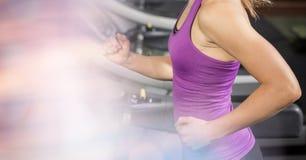 Midsection женщины бежать на третбане на спортзале Стоковое Изображение RF